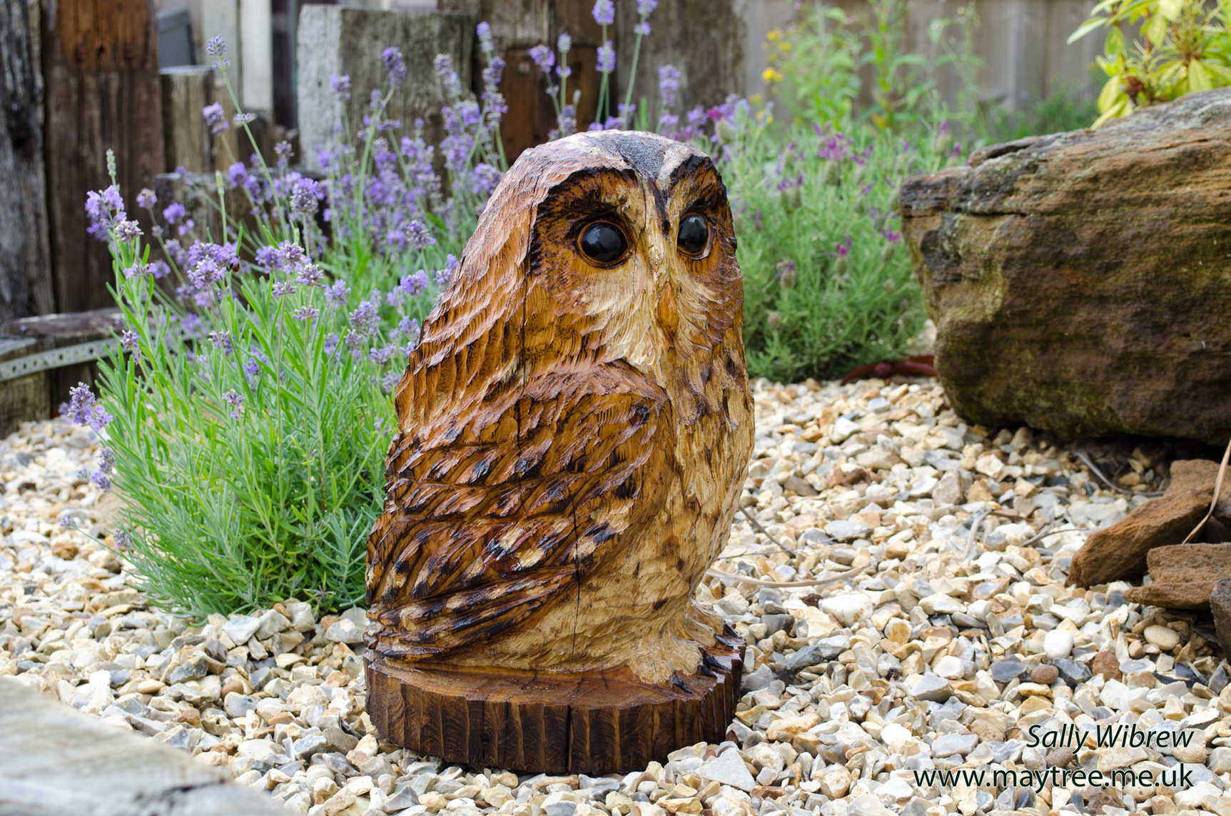 Man chainsaw carving owl from raw log at countryfile live